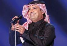 Photo of راشد الماجد يحمل نعش والدته وينهار لحظة الدفن.. صور