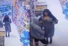 Photo of كاميرا مراقبة ترصد فضيحة بين شاب وفتاة داخل أحد المحال التجارية بالكويت