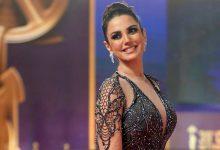 Photo of بفستان أسود ساحر..درة تبهر جمهورها بفخامة سيارتها (صور)